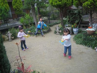 3人でお庭で遊んだよ.jpg